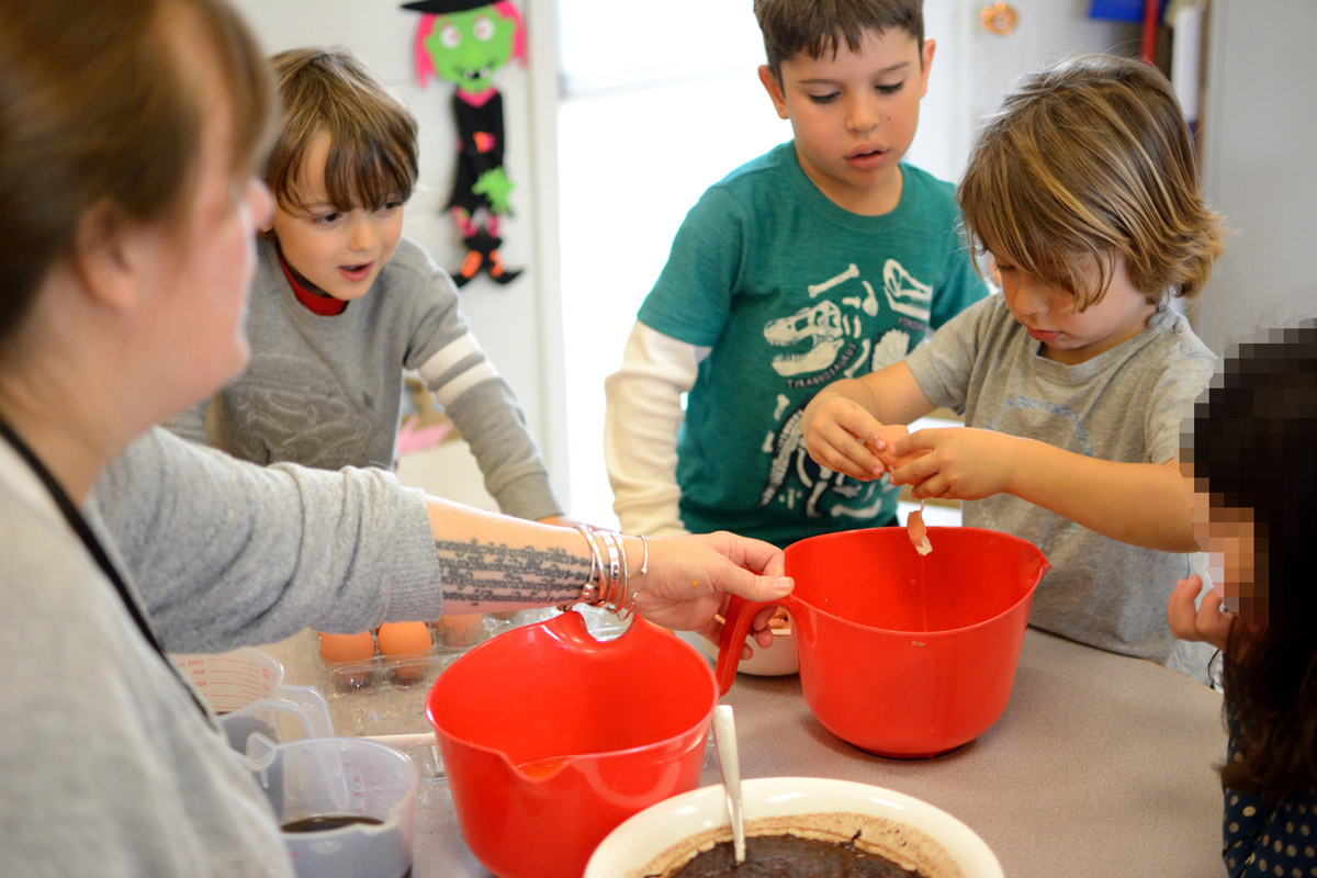 Maternelle students prepare a shared meal together
